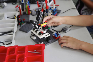 <strong>Vybz Kartel Brings Free Robotics Class To Portmore</strong>